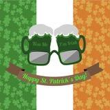 Biergläser küssen mich Iren Im für Heiliges Patricks-Tag auf dem irischen Flaggenhintergrund Stockbilder