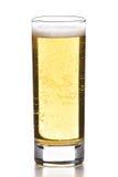 Bierglas getrennt auf Weiß Stockbild
