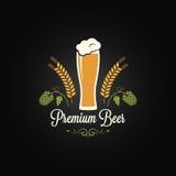 Bierglas-Hopfengerstendesign-Menühintergrund Stockfotografie