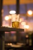 Bierglas im Ibiza-Barnachtklub lizenzfreie stockbilder