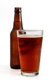 Bierglas met Fles op Achtergrond stock afbeeldingen