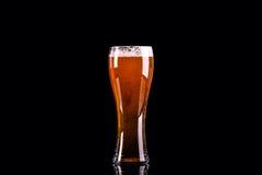 Bierglas mit Schaum auf schwarzem Hintergrund lizenzfreie stockfotos