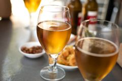 Bierglazen met te eten platen stock afbeelding