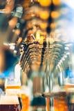 Bierhähne in einer Kneipe stockfotos