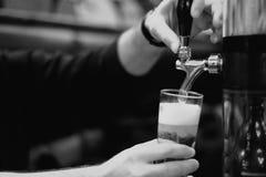 Bierhalbes liter und Hahnhahn Lizenzfreies Stockfoto
