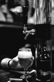 Bierhalbes liter und Hahnhahn Stockfotografie