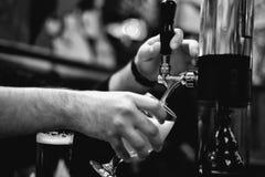 Bierhalbes liter und Hahnhahn lizenzfreie stockbilder
