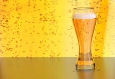 Bierillustration, blonder Aleentwurf in einem Glas auf Gelb sprudelt Hintergrund Stockfotos