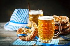 Bierkrüge und Brezeln auf einem Holztisch Oktoberfest Bierfestival stockfoto