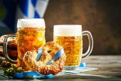 Bierkrüge und Brezeln auf einem Holztisch Oktoberfest Bierfestival lizenzfreies stockbild