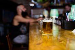 Bierkrug auf defocused Hintergrund des Barzählers Glas mit frischem LagerFassbier mit Schaum Becher gefüllt mit kaltem geschmackv stockfotos