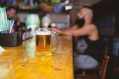 Bierkrug auf defocused Hintergrund des Barz?hlers Glas mit frischem LagerFassbier mit Schaum Becher gef?llt mit kaltem geschmackv lizenzfreie stockbilder