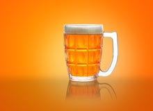 Bierkrug/Glas mit Schaum und Reflexion Stockbild