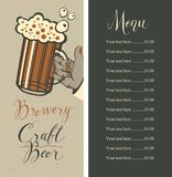 Biermenü mit Preisliste und Bierglas in der Hand lizenzfreie abbildung