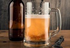 Biermok en Bierfles stock afbeelding