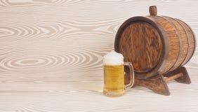 Biermok en vat op een houten achtergrond royalty-vrije stock afbeelding