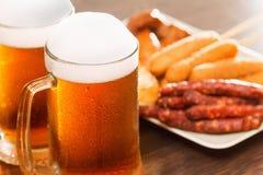 Biermokken met nationale Duitse schotels Oktoberfest traditioneel voedsel royalty-vrije stock afbeeldingen