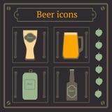 Biersatz, -glas, -glas, -bottel und -becher Stockbild