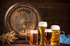 Biervat met bierglazen stock afbeelding