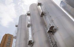 Bierverarbeitungs- und -speichersilos in der Bierfabrik Stockbilder