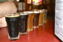 Biervlucht bij een microbrewery Stock Foto's