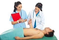 bierze doktorski męski cierpliwy puls Zdjęcie Royalty Free