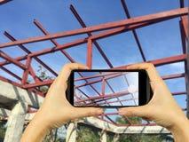 bierze fotografię z mądrze telefonem nowy Domowy W Budowie mo Fotografia Royalty Free