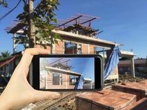 bierze fotografię z mądrze telefonem nowy Domowy W Budowie mo Zdjęcie Royalty Free