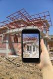bierze fotografię z mądrze telefonem nowy Domowy W Budowie mo Obraz Stock
