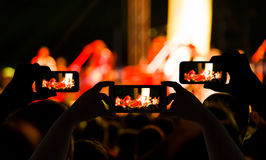 Bierze fotografia tłumu przed koncertową sceną zamazującą Fotografia Stock