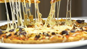 Bierze Gorącą pizzę Z Rozciekłym serem zbiory wideo