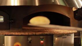 Bierze jeden gotowego pita chleb od gorącego piekarnika zbiory