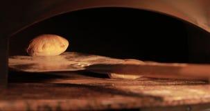 Bierze jeden gotowego pita chleb od gorącego piekarnika zdjęcie wideo
