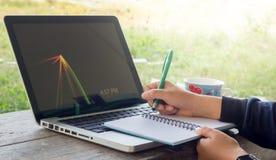 Bierze notatnika z laptopów piec Zdjęcie Royalty Free