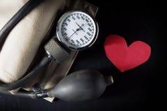 Bierze opiekę i sprawdza serce i ciśnienie krwi Zdjęcie Royalty Free