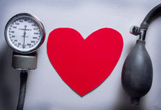 Bierze opiekę i sprawdza serce i ciśnienie krwi Obraz Royalty Free