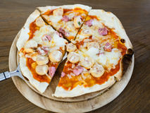 Bierze out kiełbasianą pizzę od szefa kuchni. Fotografia Stock