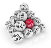 Bierze ryzyko lub Bawić się je Bezpieczne ostrosłup piłki Fotografia Royalty Free