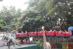 Bierze smoka kabotażowa turyści w parku rozrywki w SHENZHEN Zhongshan parku Zdjęcie Stock