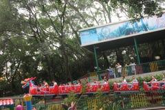 Bierze smoka kabotażowa turyści w parku rozrywki w SHENZHEN Zhongshan parku Zdjęcia Stock