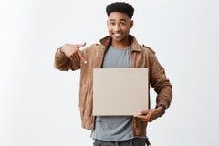 Bierze spojrzenie Przy To Zamyka w górę portreta młody piękny skinned męski student uniwersytetu z afro fryzurą wewnątrz Obraz Royalty Free