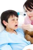 bierze temperaturowych potomstwa pielęgniarka jej pacjent s fotografia royalty free