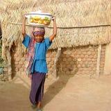 bierze wodę Ghana afrykańska dziewczyna Obrazy Royalty Free