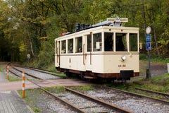 Biesme Sous蒂安- 10月30 :在Haut Marteau驻地前面的老遗产路面电车电车轨道在Biesme Sous蒂安 库存照片