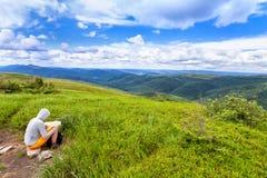 Bieszczady berg i Polen, 2014 07 05 - turist- sammanträde på Arkivbilder