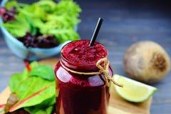 Biet smoothie met verse kruiden stock foto