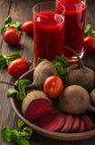 Biet-tomaat sap met groenten op donkere houten achtergrond Stock Foto