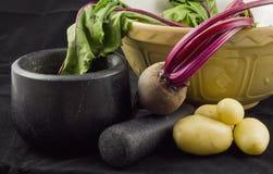 Bieten, aardappels, mortier en stamper Stock Fotografie