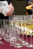 Bieten - den Wein heraus gießen Stockfoto