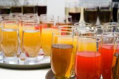 Bietende Buffetart - Gläser mit Säften Lizenzfreie Stockbilder